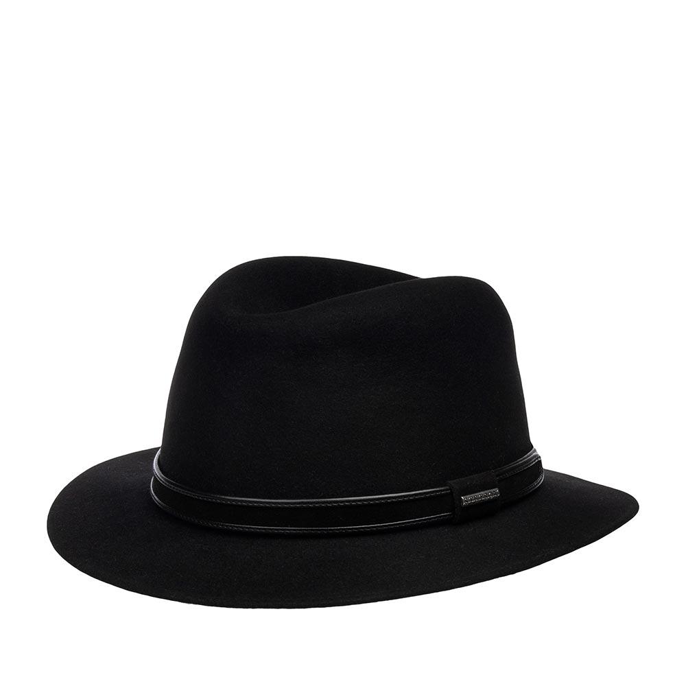 Шляпа федора STETSONШляпы<br>PARKLAND - федора от STETSON, изготовленная в Чехии из пуха кролика. Классическая модель прекрасно подойдет к любому гардеробу. Тулью украшает необычная лента, выполненная из материала, имитирующего бархат. Лента по фактуре прекрасно сочетается с материалом самой шляпы, вместе они создают шикарный образ головного убора. Высота тульи - 9,5 см. Поля шириной - 5 см, немного опущены вниз.