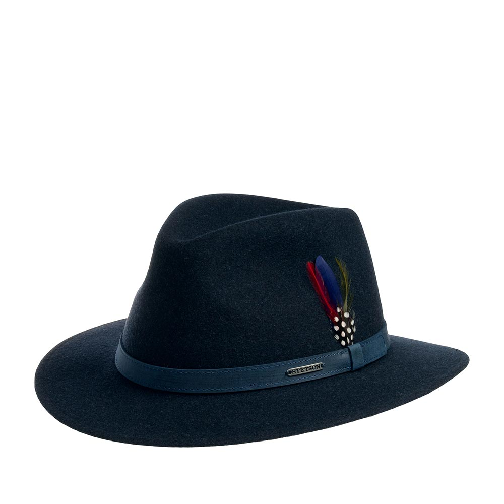 Шляпа федора STETSONШляпы<br>POWELL - стильная федора от STETSON. Гениальность этой модели в простоте. Тулью украшает изящная кожаная лента с логотипом STETSON и тонкое перо. Все это создает целостный, неповторимый образ федоры. Высота тульи - 10 см, ширина полей - 6 см. Внутри шляпы по окружности пришита хлопковая лента для комфортной посадки по голове. Производство - Польша.