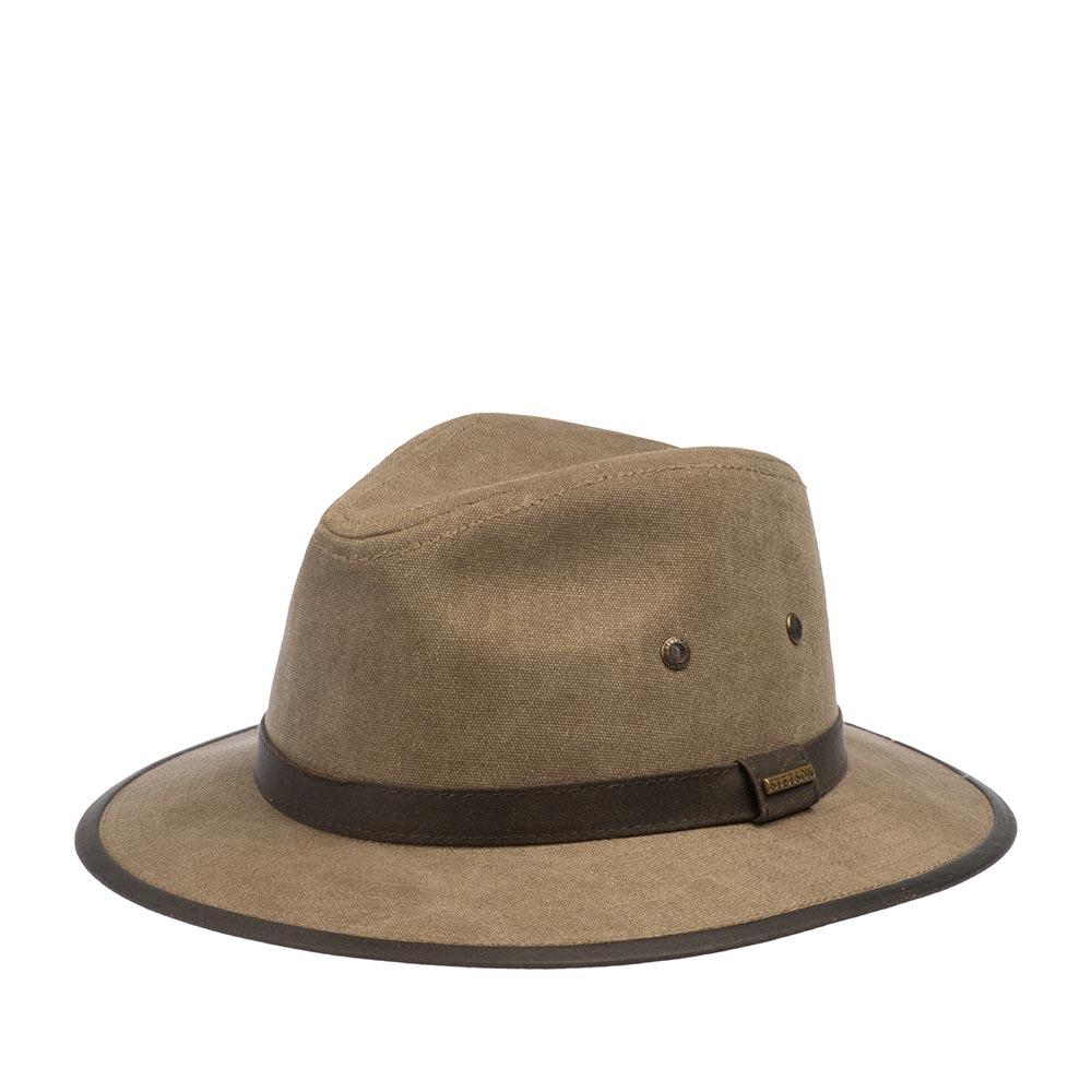 Шляпа федора STETSONШляпы<br>TRAVELLER CANVAS - шляпа путешественника от американского бренда Stetson. Изготовлена из хлопка, украшена контрастной темно-коричневой лентой из искусственной кожи и аналогичной окантовкой по краю поля. Металлические люверсы по бокам обеспечивают вентиляцию и охлаждают во время теплых дней. Головной убор снабжен подкладкой и внутренней лентой. Ширина поля - 6 см, высота тульи - 10 см.