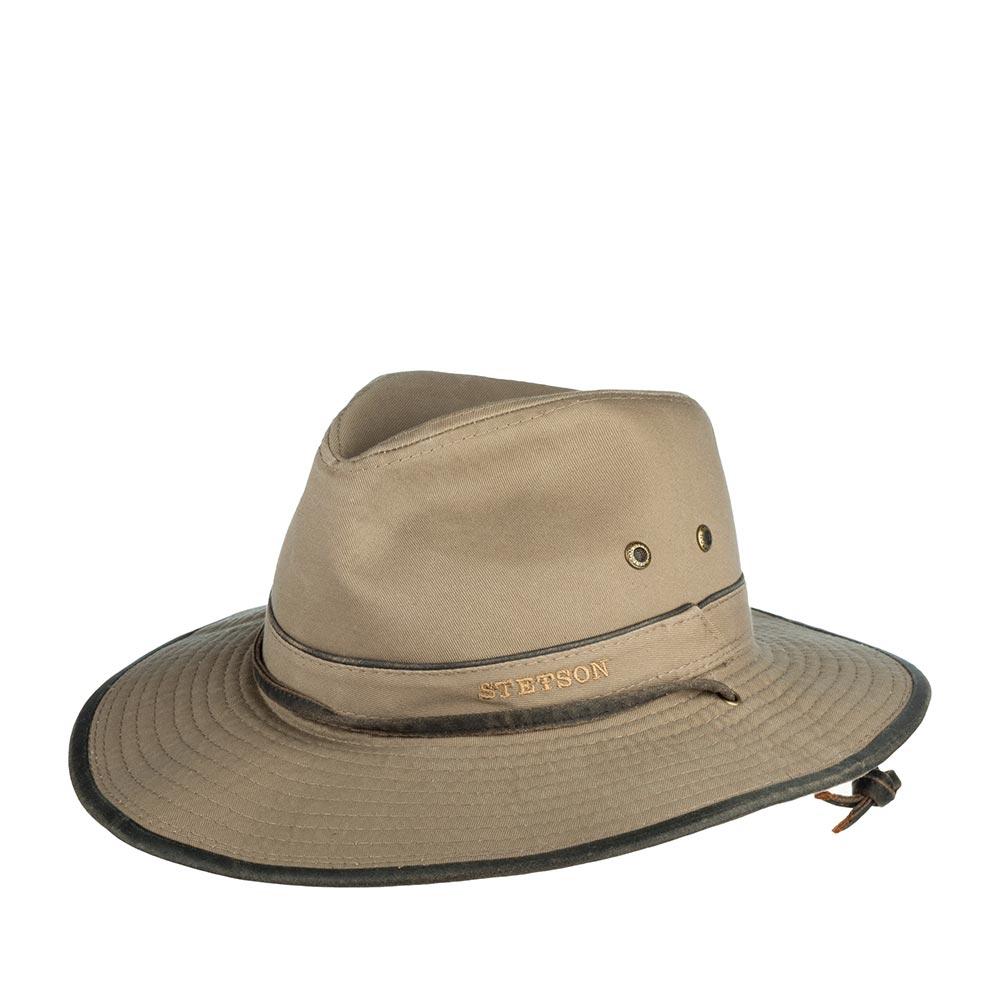 Шляпа федора STETSONШляпы<br>TRAVELLER COTTON - шляпа путешественника от от американского бренда Stetson. Этот головной убор станет Вашим верным и надежным попутчиком. Модель изготовлена из чистого хлопка, материал защищает от УФ-излучения upf 40+. Люверсы по бокам способствуют циркуляции воздуха и обеспечат Вам комфорт при ношении. Стильные дополнения - кожаный ремешок впереди, окантовка края поля. Еще один штрих - завязки по бокам шляпы, которые при необходимости можно затянуть, чтобы шляпа не слетела даже при самом сильном ветре. Поля можно загнуть вверх или опустить вниз. Высота тульи - 11 см, ширина полей - 7,5 см.
