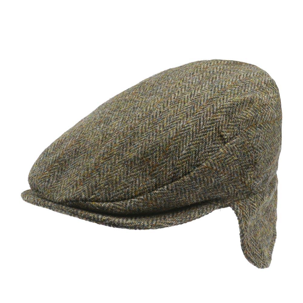 Кепка с ушками HANNA HATSКепки<br>Vintage Ear Flaps - зимняя твидовая кепка от ирландского бренда Hanna Hats of Donegal. Особенностью данной модели являются quot;ушкиquot;, которые можно как опустить вниз, для дополнительной защиты головы в холодное время года, так и загнуть вверх. Кепка сшита вручную в графстве Донегол на севере Ирландии, из твида quot;Harris tweedquot;. Это особый вид твида, сотканный вручную в домашних условиях из натуральной шерсти жителями шотландских островов. Производство Harris tweed защищено и строго регулируется на законодательном уровне. Модель выполнена в классической расцветке: некрупная quot;елочкаquot;, сочетающая светлые и темные зеленые тона, дополненная редкими продольными коричневыми нитями. Внутри кепка снабжена подкладкой из 100% вискозы и текстильной лентой, пришитой по окружности для комфортной посадки головного убора. Также с внутренней стороны кепки пришит ярлык с товарным знаком Harris tweed - державой, подтверждающий подлинность ткани. Вы можете быть уверены в исключительном качестве Vintage Ear Flaps. Носите с удовольстви