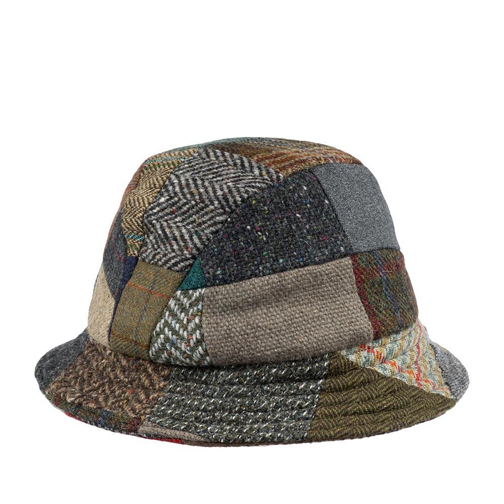 Панама HANNA HATSПанамы<br>Eske Patch - яркая, стильная панама от ирландского бренда Hanna Hats of Donegal. Панама сшита вручную в технике quot;пэчворкquot; из разноцветных твидовых лоскутов. Все цвета в этом головном уборе гармонично сочетаются между собой, благодаря использованию классических твидовых расцветок приглушенных тонов. В каждом изделии кусочки ткани компонуются в разном порядке, позволяя создать уникальный по цветовому решению головной убор. Твид производится специально для Hanna Hats из шерсти донегольских овец. Внутри панама снабжена подкладкой из 100% вискозы. Также внутри по окружности пришита текстильная лента для комфортной посадки головного убора. Такая модель в сложенном виде легко поместится в сумку или даже карман! Ширина полей - 4,7см.