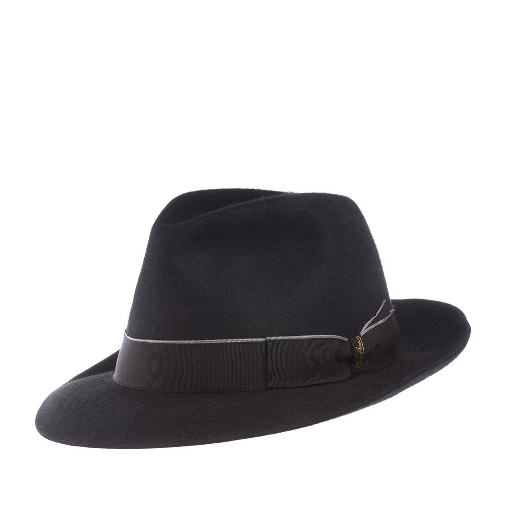 Шляпа федора BORSALINOШляпы<br>Бренд Borsalino с середины XIX века изготавливает, пожалуй, самые узнаваемые и почитаемые во всём мире головные уборы. Создаются шляпы исключительно вручную, на исторической родине - в Италии, из материала высочайшего качества - пуха кролика. Мы с гордостью и уважением к старинному бренду представляем Вам роскошную федору Allesandria. Эта классическая шляпа федора выглядит очень изящно и актуально. Модель лёгкая, максимально комфортно садится на голову. Поля с неотстроченным краем отлично держат форму, их можно изгибать, по желанию, и вверх, и вниз. Тулья шляпы украшена репсовой лентой с бантом двойной складки, который отмечен золотистым логотипом - надписью Borsalino, а также необычной деталью - тонкой резинкой с кнопкой, которая служила в 19 веке для крепления шляпы к пуговице пиджака или пальто во время конного путешествия, чтобы избежать падения шляпы на землю. Внутри шляпы пришита шелковистая подкладка и лента из кожи, для удобной посадки на голову. Высота тульи - 12,7 см, ширина полей - 6,5 см.