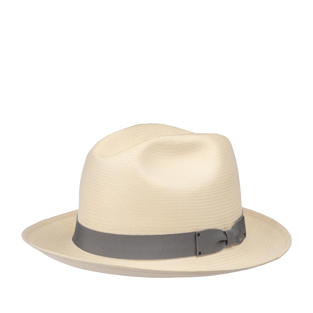 Шляпа федора BAILEYШляпы<br>Hanson - лёгкая летняя федора от Bailey. Модель изготовлена в США по специальной технологии LiteStraw, которая делает шляпу прочной, гибкой и водоотталкивающей. При попадании влаги, головной убор абсорбирует её, не давая соприкасаться с кожей, а при снятии головного убора - быстро её испаряет. Модель отлично вентилируется и практически не ощущается на голове. Классическая форма федоры подойдёт практически под каждый гардероб и сядет на любую форму лица, а светлый, кремовый цвет шляпы подчеркнёт летнюю лёгкость образа. Материал головного убора пластичен, хорошо садится на голову. Шляпа держит форму, поля средней длины можно изгибать вверх и вниз, по желанию. Тулья модели украшена лаконичной лентой с простым бантом, на который лазером выгравирован логотип бренда Bailey, а также съёмным пером. Внутри пришита мягкая лента для комфортной посадки на голову. Высота тульи в видимой части - 11,5 см, ширина полей - 6,3 см.