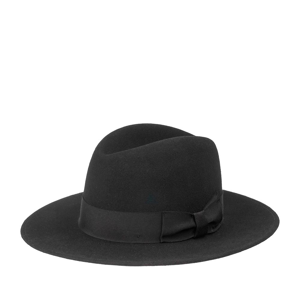 Шляпа федора BAILEYШляпы<br>Hiram - роскошный головной убор от мастеров шляпного дела Bailey, изготовленный в США. Модель сделана по технологии Doeskin - для материала шляпы была использована высококачественная 17 мкм шерсть и верблюжий пух, благодаря сочетанию которых аксессуар стал тонким, однородным, идеально сформированным и гладким наощупь. Поверхность головного убора дополнительно слегка обработана шеллаком, что делает модель похожей на те, что носили в 40-х годах. Тулья шляпы украшена японской шелковистой репсовой лентой с лаконичным бантом двойной складки, на который прикреплена маленькая скобка с названием бренда Bailey. Поля прямые. Внутри модели пришита лента, для удобной посадки на голову и лёгкая подкладка с изображением лампочки. Hiram шикарен, вне всяких сомнений, эта шляпа - классика на грани с современным casual, сдержанная, изысканная и даёт так много простора для фантазии. Надевайте с пальто, джинсами, костюмом, платьем, кожаной курткой и кроссовками. Высота тульи: 12 см, ширина полей - 7,3 см