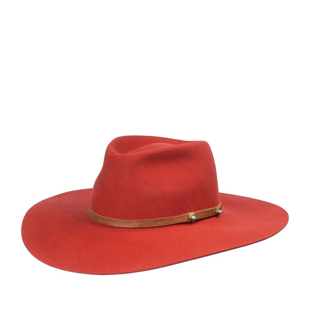 Шляпа ковбойская BAILEYШляпы<br>SHEIK - шикарная ковбойская шляпа от BAILEY из коллекции Renegade, изготовленная из шерсти наивысшего качества, это видно по открытому краю полей головного убора. Тулья украшена лентой из натуральной кожи, на ней закреплены два украшения, ручной работы. В центре на тулье металлический значок в виде падающей звезды. Головной убор хорошо держит форму, поля зафиксированы в положение: переднее - вниз, заднее - вверх. Внутри пришита атласная зеленая подкладка, а по окружности мягкая лента для комфортной посадки по голове. Высота тульи - 9 см., ширина полей - 9,5 см. Производство - США.
