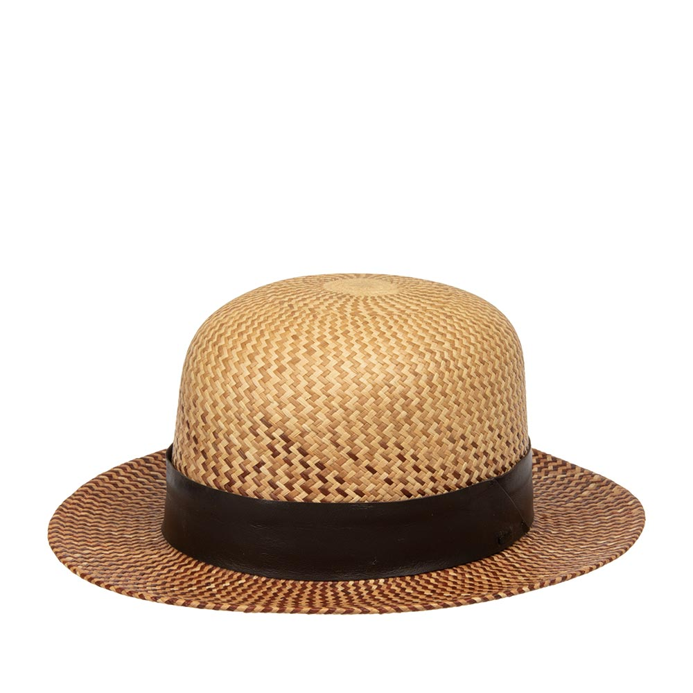 Шляпа федора BAILEYШляпы<br>HEPWORTH - летняя шляпа с круглой тульей Open Crown из коллекции Hollywood от BAILEY, сплетенная в Эквадоре, чему свидетельствует печать местных мастеров внутри шляпы. Конечную форму ей придали в США. Очень гармонично на тулье смотрится кожаная коричневая лента с логотипом BAILEY. Стильный и в то же время универсальный головной убор будет незаменим в летнем отпуске. Внутри пришита мягкая хлопковая лента для комфортной посадки по голове. Высота тульи - 10,5 см, ширина полей - 6 см. Производство - США.