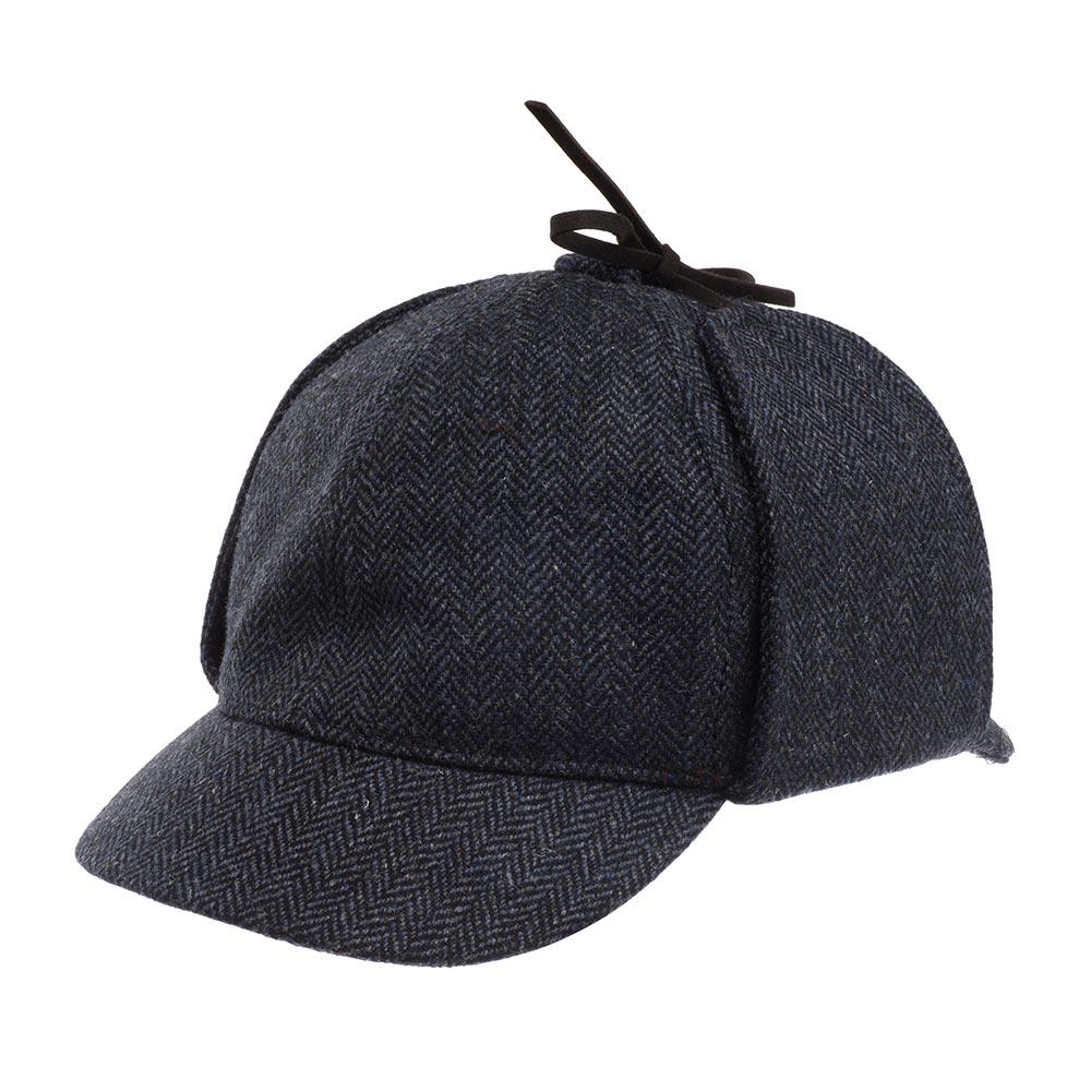 Кепка с ушками CHRISTYSКепки<br>Sherlock - шерстяная кепка от Christys. Дизайн модели полностью оправдывает название и отлично узнаваем, как головной убор известного литературного персонажа - Шерлока Холмса! Модель представлена в нескольких универсальных, твидовых расцветках. Эта кепка сшита из чистой английской шерсти, для Вашего максимального комфорта при ношении. Дизайн разработан по лекалам классической, английской кепки, с двумя козырьками: спереди и сзади, которые защищают не только глаза, но и шею. У кепки есть ушки, скрепленные на макушке бантом из тонких кожаных ремешков, которые можно, при необходимости, опустить и завязать под подбородком, для дополнительной защиты в непогоду. Аксессуар органично и удобно садится на голову. Внутри кепки пришита лента по окружности и шелковистая подкладка с эмблемой бренда Christys. Sherlock составит отличную компанию костюму, пальто, для классического вида, твидовому пиджаку и джинсам для casual вида, да и просто для создания образа популярного книжного героя - сыщика Шерлока Холмса!