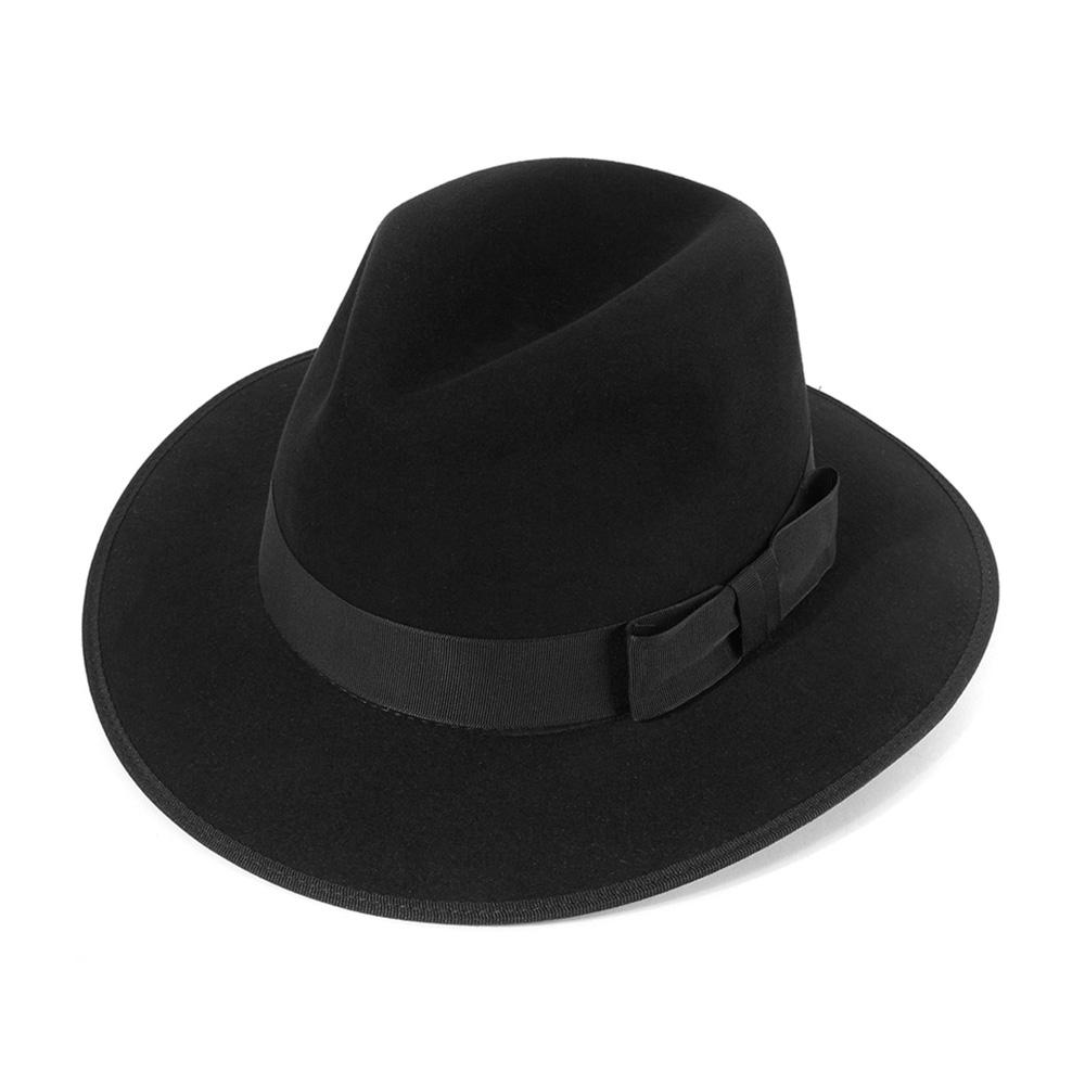 Шляпа федора CHRISTYSШляпы<br>County - роскошная, универсальная федора от Christys. Шляпа изготовлена вручную, в Англии, из материала высочайшего качества - пуха кролика. Тонкий, лёгкий головной убор очень комфортно садится на голову и удобен при ношении. Аксессур хорошо держит форму, поля зафиксированы в положении вниз, но их легко можно скорректировать по собственному желанию, изогнув заднее поле, или поля по кругу, вверх. County - это классический головной убор, сшитый в лучших традициях изготовления шляп. Тулья лаконично украшена репсовой лентой с бантом. Край полей отстрочен репсовой лентой. Эта федора несёт дух туманной Великобритании, её исторически сложившуюся культуру каждодневного ношения головных уборов - снаружи дизайн максимально сдержан, а внутри Вы найдёте пришитую по окружности ленту из кожи, для удобной посадки на голову, и фирменную шелковистую подкладку ярко-красного цвета с логотипом производителя. На модель приятно смотреть даже когда Вы снимаете шляпу. Высота тульи - 11,8 см, ширина полей - 6,5 см.