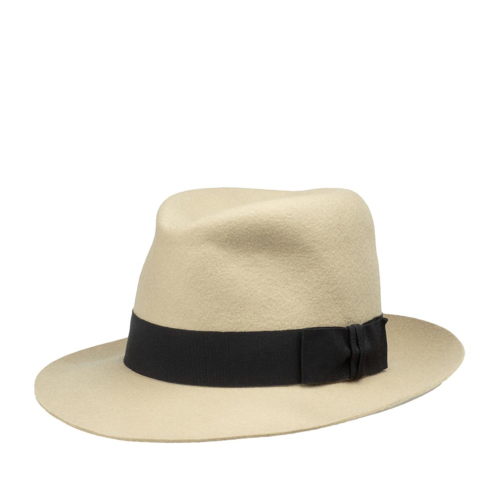 Шляпа федора CHRISTYSШляпы<br>Ealing - ультрастильная шляпа от Christys. Эта модель не оставит Вас равнодушными! Изготовлена вручную в Великобритании из шерсти высочайшего качества, о чём свидетельствует обрезной, неотстроченный край полей головного убора. Особенность шляпы в её quot;open crownquot; конструкции, за счёт пластичности которой Вы можете придать куполообразной тулье шляпы индивидуальную форму просто с помощью пальцев, подогнав размер, высоту и посадку шляпы под свои вкусы и предпочтения. Аксессуар хорошо держит форму. Поля изначально зафиксированы в положении слегка вверх, однако их форму и положение также можно корректировать. Christys даёт шанс всем любителям головных уборов побыть дизайнером, создав личный аксессуар, и показать окружающим свой стиль и аутентичность! Тулья модели лаконично украшена чёрной репсовой лентой с бантом. Внутри головного убора пришита лента из кожи и неизменно роскошная, шелковистая подкладка ярко-красного цвета с логотипом бренда. Высота тульи - 13,5 см, ширина полей - 7 см.
