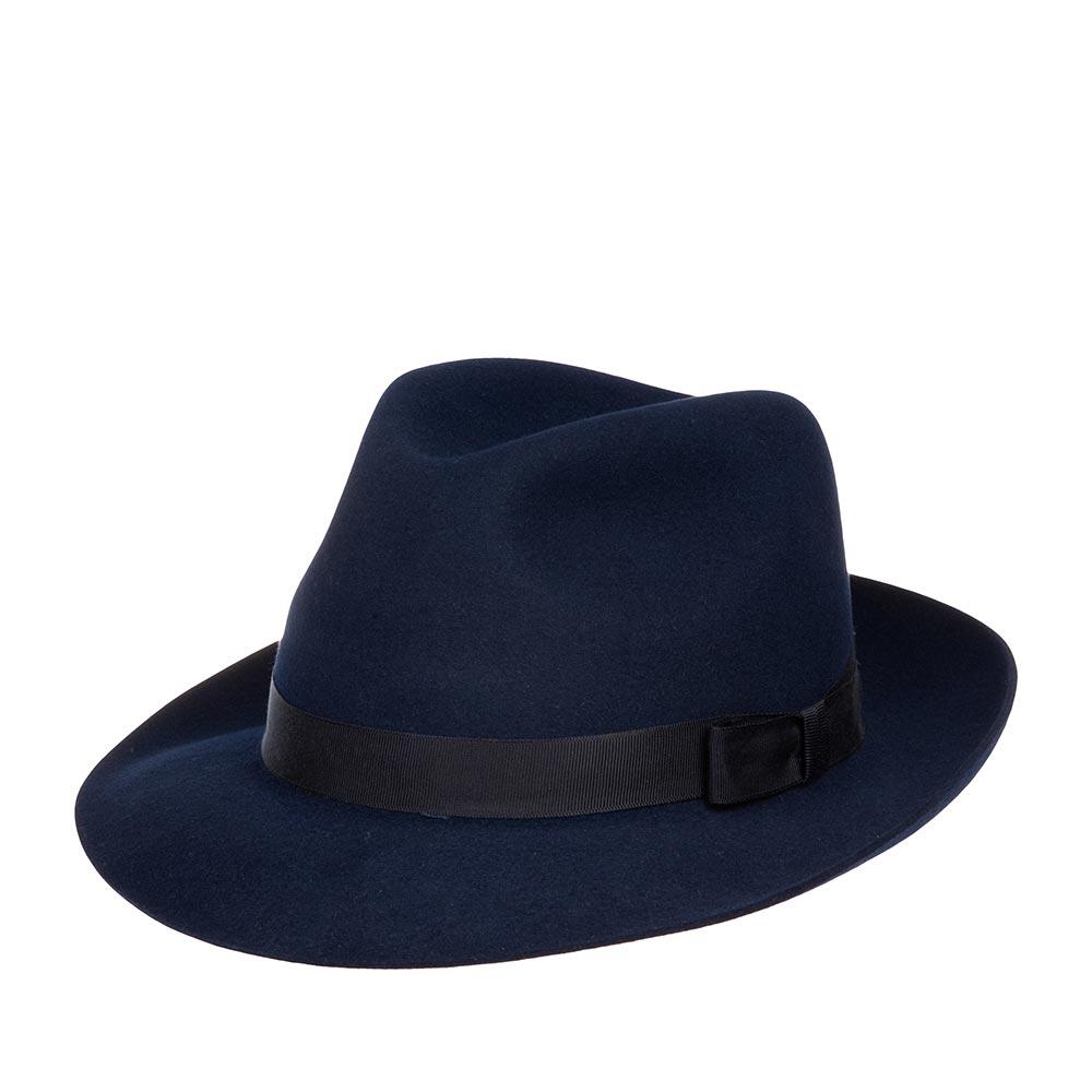 Шляпа федора CHRISTYSШляпы<br>Epsom - роскошная, универсальная федора от Christys. Модель сделана вручную, в лучших традициях изготовления шляп, в Англии. Сшита из материала высочайшего качества - пуха кролика, о чём свидетельствует обрезной, неотстроченный край поля. Тонкий, лёгкий головной убор очень комфортно садится на голову и удобен при ношении. Аксессур хорошо держит форму, поля зафиксированы в положении вверх, но их легко можно скорректировать по собственному желанию, изогнув переднее поле, или поля по кругу, вниз. Тулья лаконично украшена репсовой лентой с бантом. Эта федора несёт дух туманной Великобритании, её исторически сложившуюся культуру каждодневного ношения головных уборов - снаружи дизайн максимально сдержан, а внутри Вы найдёте пришитую по окружности ленту из кожи, для удобной посадки на голову, и фирменную шелковистую подкладку ярко-красного цвета с логотипом производителя. На модель приятно смотреть даже когда Вы снимаете шляпу. Высота тульи - 11,7 см, ширина полей - 5,7 см.