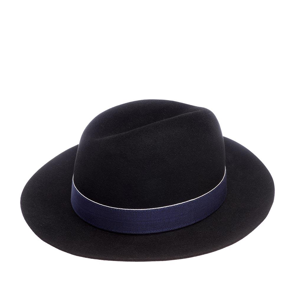 Шляпа с широкими полями CHRISTYSШляпы<br>Lucy - роскошная, универсальная федора от Christys. Шляпа изготовлена вручную, в Англии, из материала высочайшего качества - пуха кролика. Тонкий, лёгкий головной убор очень комфортно садится на голову и удобен при ношении. Аксессур хорошо держит форму, поля зафиксированы в положении вверх, но их легко можно скорректировать по собственному желанию, изогнув переднее поле, или поля по кругу, вниз. Lucy - это классический головной убор, сшитый в лучших традициях изготовления шляп, в который добавили каплю экстравагантности, сделав двухуровневую тулью, без стандартных защипов, свойственных федоре. Тулья лаконично украшена лентой контрастной отделки с перетяжкой. Эта федора несёт дух туманной Британии, её сложившуюся культуру каждодневного ношения головных уборов - снаружи дизайн максимально сдержан, а внутри Вы найдёте пришитую по окружности ленту из кожи, для удобной посадки на голову, и фирменную шелковистую подкладку ярко-красного цвета с логотипом производителя. Высота тульи 12,5см, ширина полей 7 см