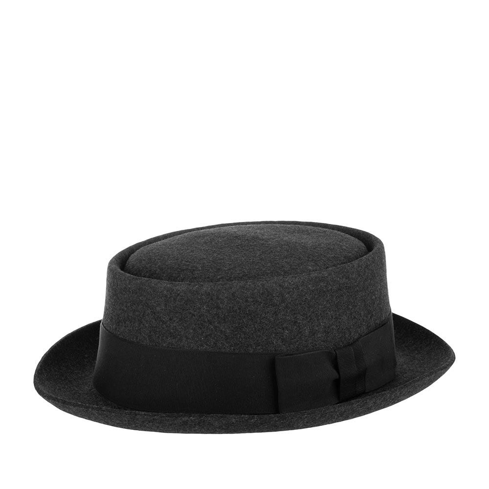 Шляпа поркпай CHRISTYSШляпы<br>Pork pie - классический поркпай от Christys. Шляпа изготовлена вручную, в Англии, из шерсти высочайшего качества, о чём свидетельствует обрезной неотстроченный край полей. Тонкий, лёгкий головной убор очень комфортно садится на голову и удобен при ношении. Аксессуар хорошо держит форму, поля зафиксированы в положении вверх, но их легко можно скорректировать по собственному желанию, изогнув переднее поле, или поля по кругу, вниз. Pork pie - головной убор, сшитый в лучших традициях изготовления шляп. Тулья лаконично украшена репсовой лентой с бантом. Этот поркпай несёт дух туманной Британии, её сложившуюся культуру ношения головных уборов - снаружи дизайн максимально сдержан, а внутри Вы найдёте пришитую по окружности ленту из кожи, для удобной посадки на голову, и фирменную шелковистую подкладку ярко-красного цвета с логотипом производителя. На модель приятно смотреть даже когда Вы снимаете шляпу.Этот головной убор отлично дополнит и классический и casual образы. Высота тульи - 9см, ширина полей - 4,5см