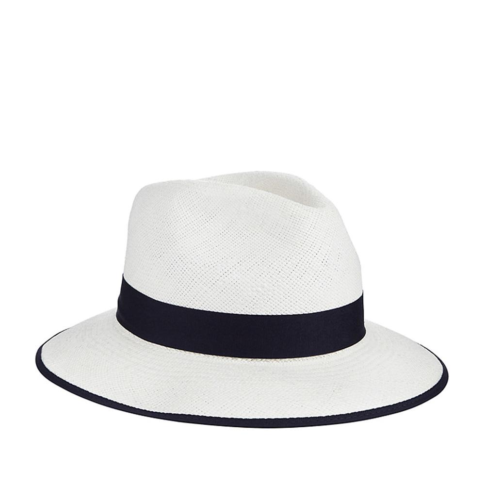 Шляпа федора CHRISTYSШляпы<br>CLASSIC DOWN BRIM - классическая панама от CHRISTYS, сплетенная в Эквадоре из 100% соломы. Конечную форму ей придали на фабрике в графстве Оксфордшир. Поля зафиксированы в положении вниз, но их можно свободно регулировать по своему вкусу, создавай свой неповторимый образ. Тулью украшает репсовая лента с бантом. Ширина полей - 6,5 см. Они окантованы тем же материалом, из которого сделана лента. Высота тульи - 10 см. Внутри пришита мягкая лента для комфортной посадки по голове.
