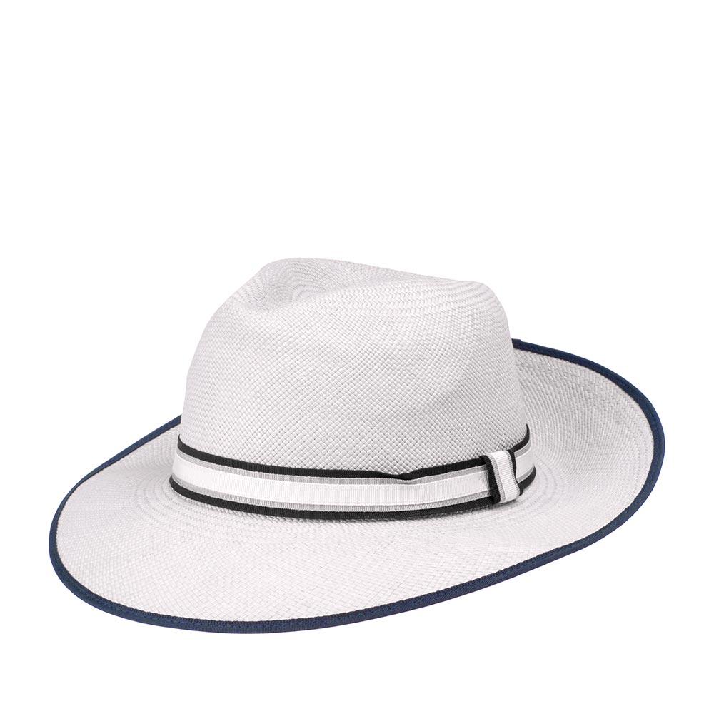 Шляпа федора CHRISTYSШляпы<br>PORTOBELLO - соломенная шляпа федора ручной работы. Эта модель является, как прекрасным стильным аксессуаром, так и отлично защищает от солнца. Тулью высотой 9 см. украшает лента, состоящая из трех слоев разного цвета - черного, серого, белого. Поля шляпы окантованы черной тесьмой. Их ширина 6,5 см. Внутри пришита лента, для комфортной посадки по голове. Изготовлено в Великобритании.