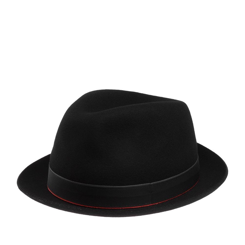 Шляпа трилби CHRISTYSШляпы<br>The Zayn - это классическая шляпа трилби с узким полем. Изготовлена вручную из великолепного качества фетра на фабрике в графстве Оксфордшир. Модель с мягкой короной и тонкими, узкими полями, имеет свой индивидуальный характер. Она украшена широкой черной лентой, состоящей из двух слоев - нижний слой (снизу красный, а сверху серый) выглядывает из-под верхнего черного слоя. Тулья шляпы имеет высоту 10 см. Ширина полей 3,5 см. Внутри пришита алая подкладка с фирменной эмблемой CHRISTYS. По окружности головы вшита кожаная лента для удобной посадки на голове. Такой вариант подкладки является визитной карточкой этого бренда. Изготовлено в Великобритании.