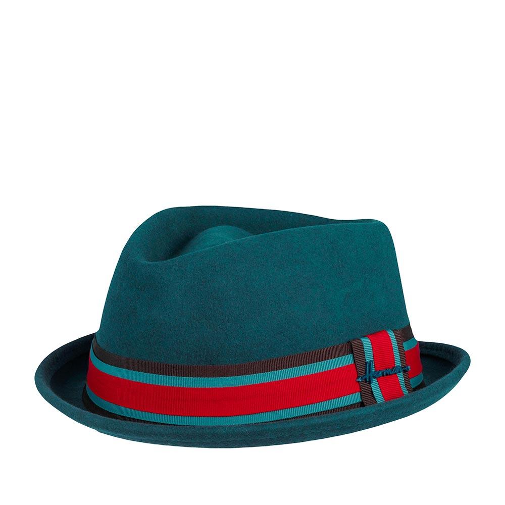 Шляпа поркпай HERMANШляпы<br>DON CASH - фетровая шляпа в стиле поркпай с короной формы quot;diamondquot;. Удобство при посадке и ношении обеспечивают высокое качество и мягкость материала. Поля зафиксированы в положении вверх, край полей подшит. Тулью украшает трехцветная лента с перетяжкой, которая обозначена небольшим логотипом бренда. Внутри пришита лента для комфортной посадки. Высота тульи - 10 см, ширина полей - 3,5 см