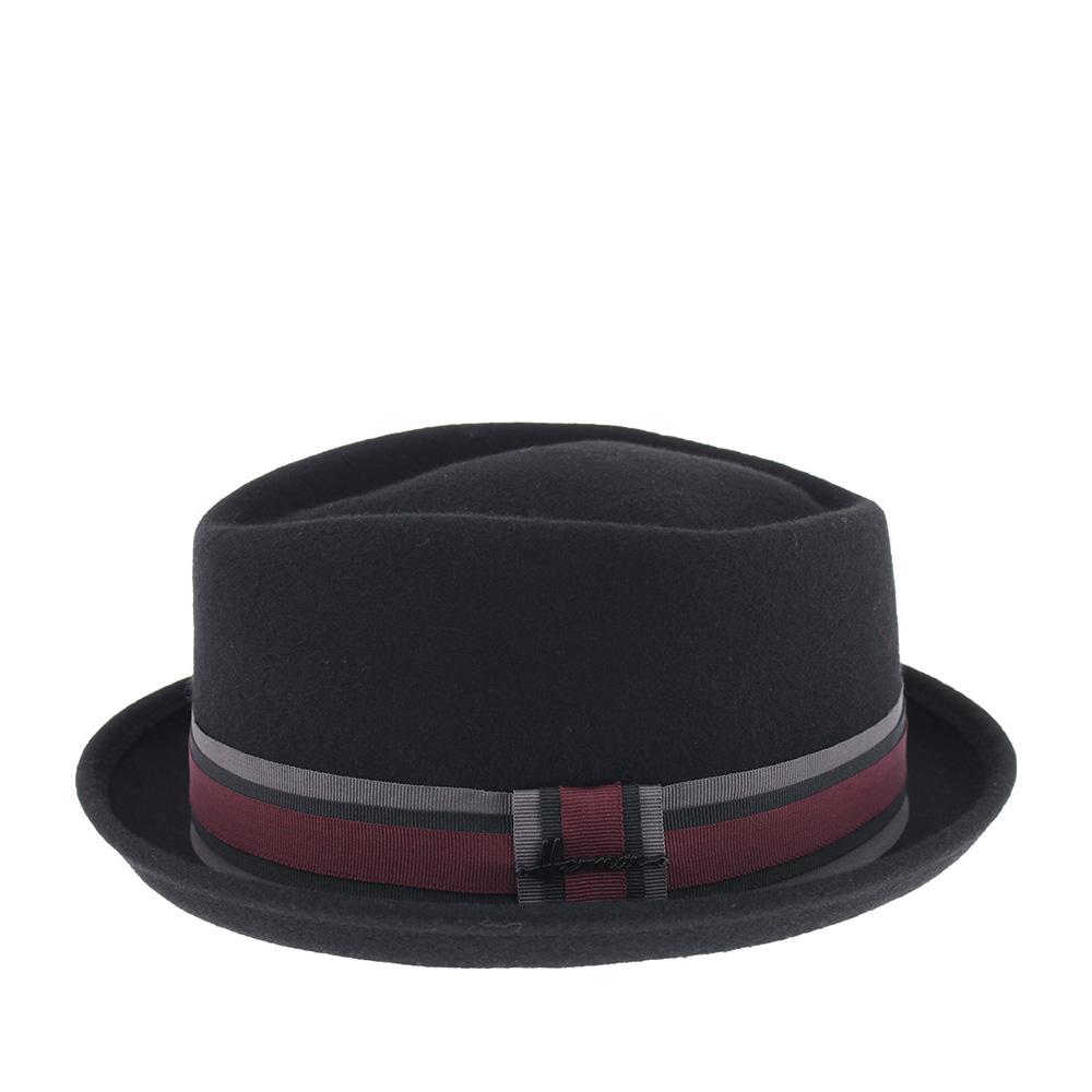 Шляпа поркпай HERMANШляпы<br>DON CASH - фетровая шляпа в стиле поркпай с короной формы quot;diamondquot;. Удобство при посадке и ношении обеспечивают высокое качество и мягкость материала. Поля зафиксированы в положении вверх, край полей подшит. Тулью украшает трехцветная лента с перетяжкой, которая обозначена небольшим логотипом бренда. Внутри пришита лента для комфортной посадки. Высота тульи - 10 см, ширина полей - 3,5 см.