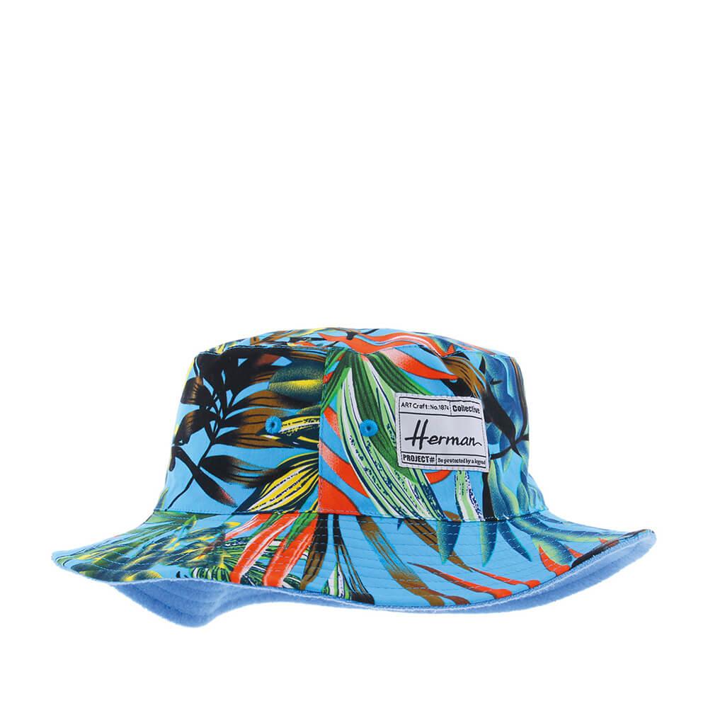 Панама HERMANПанамы<br>BUCKET 006 - двусторонняя панама для захватывающих летних приключений! Одна сторона с ярким рисунком, другая - однотонная, светло-синего цвета. Модель выполнена из 100% хлопка. Мягкая ткань позволяет сложить головной убор в карман, в рюкзак, в бардачок авто и он не изменит своей формы. Внутри подкладка для большего комфорта. Сзади нашивка с логотипом бренда Herman. Выбирая этот головной убор, Вы выбираете не только панаму, но и яркое, летнее настроение на весь теплый сезон!