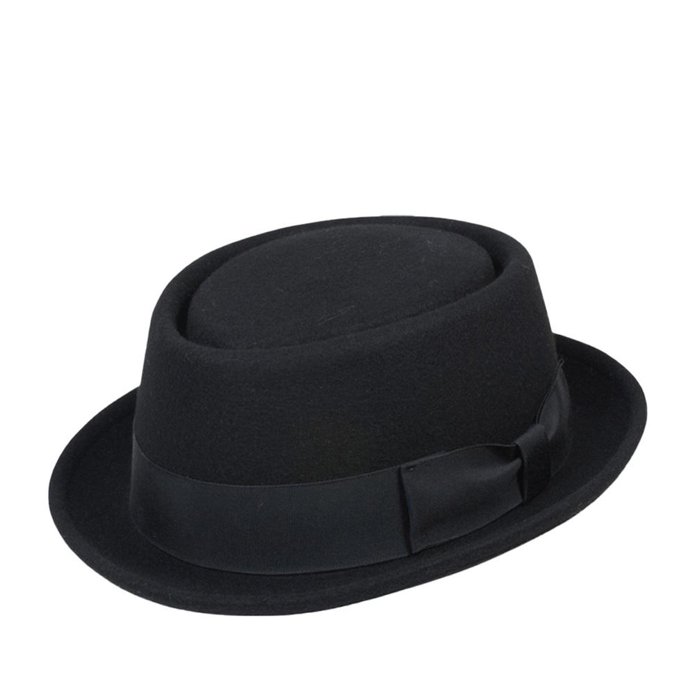 Шляпа поркпай GOORIN BROTHERSШляпы<br>Frankie Demillo - классическая шляпа поркпай с узкими полями и невысокой вертикальной тульей из коллекции HERITAGE. Корона тульи имеет специфическую выемку по всей окружности. Уникальная шляпа, которую носит в сериале quot;Breaking Badquot; (русская версия quot;Во все тяжкиеquot;) главный герой Уолтер Уайт. Создана вручную на старейшем в Америке производстве из мягчайшего фетра, приправленного широкой шёлковой лентой. Бант ленты украшен значком Goorin Brothers. Создайте свой неповторимый и 100% узнаваемый образ с помощью Frankie Demillo.