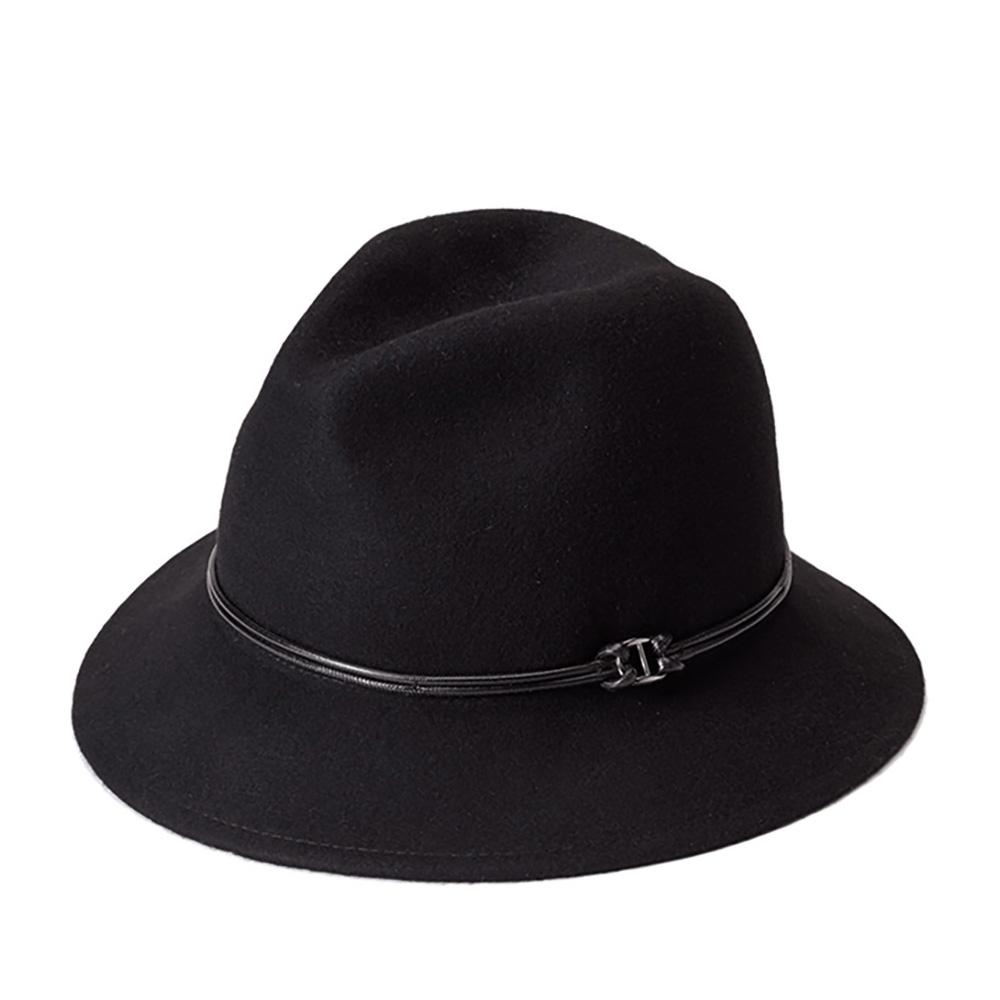 Шляпа федора GOORIN BROTHERSШляпы<br>Универсальная, очаровательная федора от Goorin Bros. Универсальный чёрный цвет позволит сочетать шляпу с максимальным количеством вещей в гардеробе. Плавные линии А-образной тульи и изогнутые вниз поля средней длины подойдут практически к любой форме овала и подчеркнут черты лица, поля также можно изгибать наверх, для создания открытого, доброжелательного образа. За счёт мягкости и пластичности тонкого фетра - шляпа хорошо садится на голову и, вместе с тем, отлично держит форму. Тулья украшена тонким двойным шнурком. Внутри пришита лента для комфортной посадки на голову. Наслаждайтесь яркой осенью вместе с этой федорой! Головной убор отлично подойдёт к пальто, тёплому меховому, или вязаному жилету, кардигану. Высота тульи - 12 см, ширина полей - 6 см.