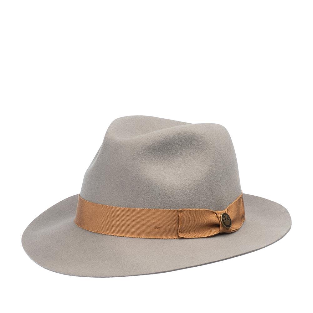 Шляпа федора GOORIN BROTHERSШляпы<br>Goorin Bros. представляет классическую федору. Модель изготовлена из высококачественного, тонкого, мягкого фетра, о чём свидетельствует обрезной, неотстроченный край поля. Этот головной убор очень комфортно садится на голову за счёт эластичности материала и А-образной тульи, удобен при ношении, практически не ощущается на голове. Поля изогнуты слегка вверх, однако их положение можно менять. Тулью украшает репсовая лента с лаконичным бантом, который обозначен маленьким логотипом бренда. Внутри пришита лента для комфортной посадки на голову. Носите с пальто, тренчем, вязаным кардиганом, эта федора подчеркнёт и завершит любой классический и casual образ! Высота тульи - 11 см, ширина полей - 6 см